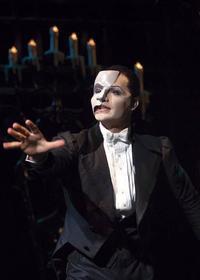 Das Phantom der Oper Hintergrund with a business suit titled PoTO