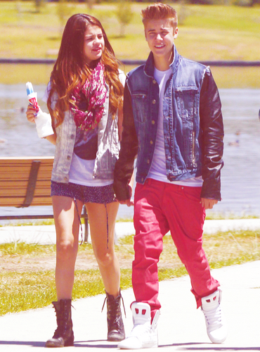 Selena and Justin eating ice cream in the park, CA 6/30/12