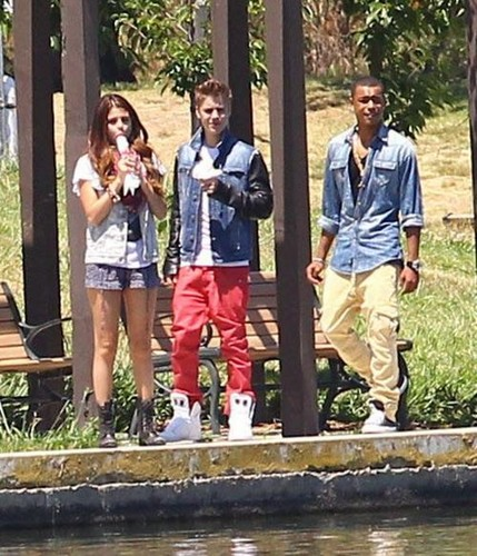 Justin Bieber and Selena Gomez wallpaper entitled Selena and Justin eating ice cream in the park, CA 6/30/12