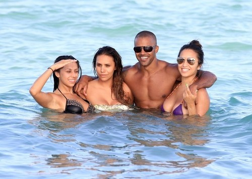 Shemar Moore Swims With Some Ladies