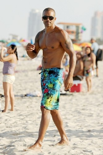 Shemar Moore on the 바닷가, 비치