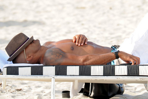 Shemar Moore takes a nap on the ساحل سمندر, بیچ in Miami