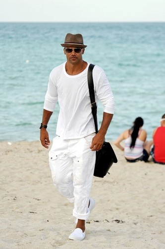 Shemar Moore takes a nap on the 바닷가, 비치 in Miami