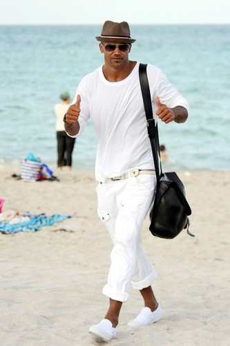 Shemar Moore takes a nap on the pantai in Miami