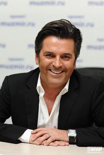 Thomas Anders Hintergrund with a business suit and a suit entitled Thomas Anders