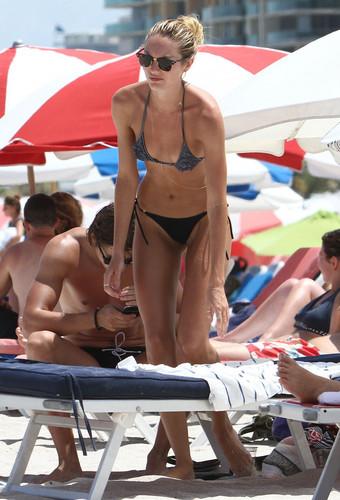плеть, стринги Bikini On Miami пляж, пляжный [4 July 2012]