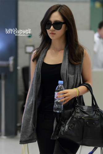 kwon Yuri fondo de pantalla with sunglasses entitled Yuri @ Incheon Airport from Macau