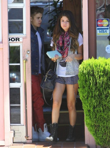 Justin Bieber wallpaper with a hip boot entitled justin bieber & selena gomez 30 june, 2012