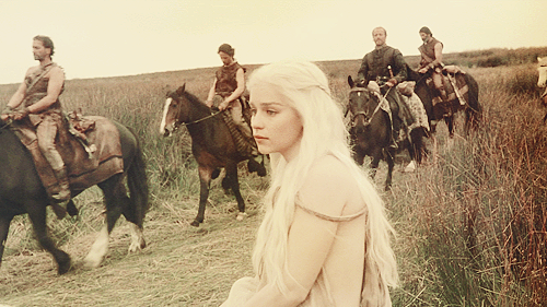 丹妮莉丝·坦格利安 壁纸 possibly with a horse wrangler, a packhorse, and a horse trail entitled Daenerys Targaryen Season 1