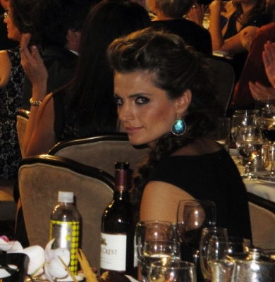 Stana Katic fond d'écran probably containing a bistro, a brasserie, and a dîner table, tableau entitled 2nd annual Critic's Choice télévision Awards After Party