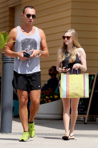 Amanda shows off her legs as she shops at Paper Source in Los Angeles [July 5] - amanda-seyfried Photo