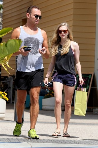 Amanda shows off her legs as she shops at Paper chanzo in Los Angeles [July 5]