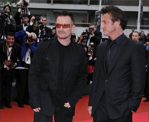 U2 দেওয়ালপত্র with a business suit, a suit, and a dress suit titled Bono & Sean Penn