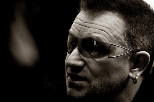 U2 壁紙 titled Bono