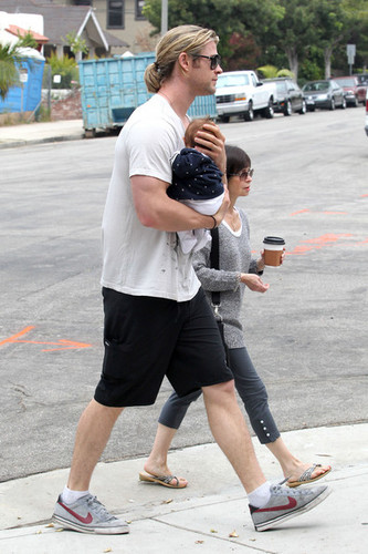 Chris Hemsworth wallpaper probably with a street entitled Chris Hemsworth Out With His Family