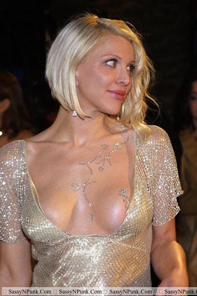 http://images5.fanpop.com/image/photos/31400000/Courtney-Love-courtney-love-31408894-400-600.jpg