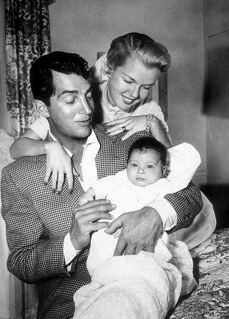 Dean Martin Обои with a business suit, a neonate, and a well dressed person called Daddy Dino