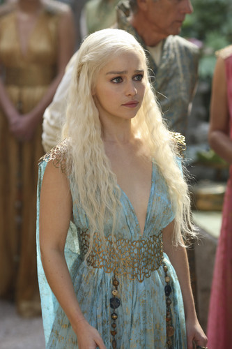 Daenerys Targaryen fond d'écran probably containing a cocktail dress and a dîner dress called Dany