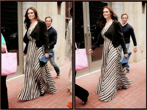 Emily Deschanel Обои probably containing a revolving door, a kimono, and a business suit entitled Emily Deschanel
