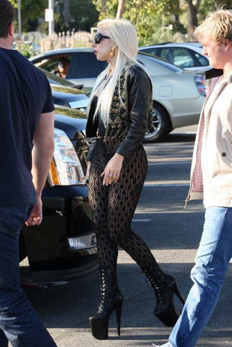 Gaga at Starbucks in LA (July 09)