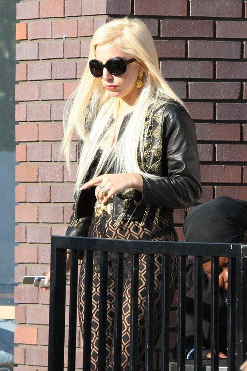 Gaga at Starbucks in LA (July 09)