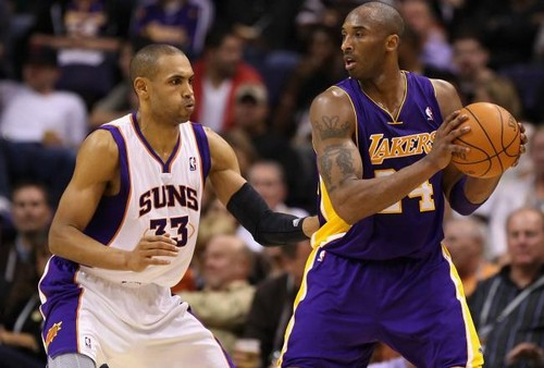 Los Angeles Lakers fondo de pantalla containing a basketball, a dribbler, and a baloncesto player called Grant colina defending Kobe Bryant