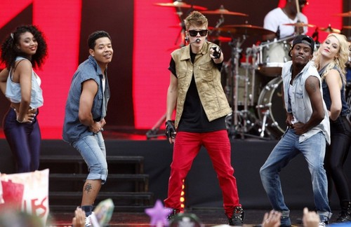 Justin Performing at MTV World Stage live in Malaysia - justin-bieber Photo