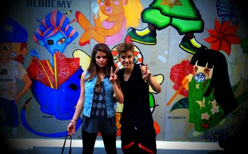 Justin Bieber and Selena Gomez wallpaper titled Justin & Selena in Japan