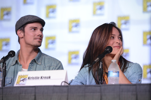 Beauty and the Beast (CW) wallpaper probably containing a sign titled Kristin Kreuk & Jay Ryan