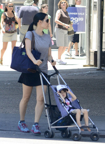 lucy liu wallpaper entitled Lucy Liu Strolls Through NYC with a Young Family Member [June 30]