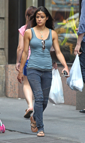 Michelle - Out for ডিনার in New York City - July 02, 2012