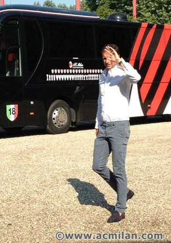 """Milanello gets crowded for #raduno2012! Here is the red&black """"catwalk""""!"""