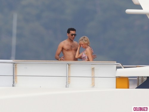 Công nương Diana hình nền with a hot tub entitled Naomi Watts Kisses Dodi Al Fayed Lookalike on Set