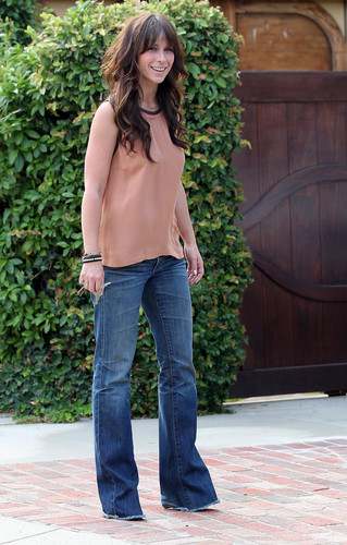 Outside Her accueil in Toluca Lake [13 July 2012]