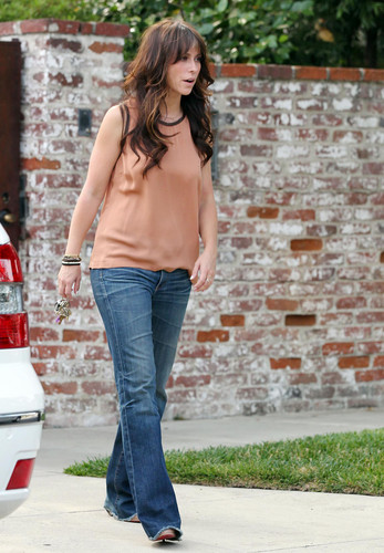 Outside Her home pagina in Toluca Lake [13 July 2012]