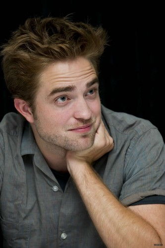 "Photos of Rob at the ""Twilight Saga: Breaking Dawn, part 2"" press conference at SDCC 2012 {HQ}. - robert-pattinson Photo"