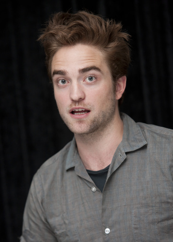 "로버트 패틴슨 바탕화면 entitled 사진 of Rob at the ""Twilight Saga: Breaking Dawn, part 2"" press conference at SDCC 2012."