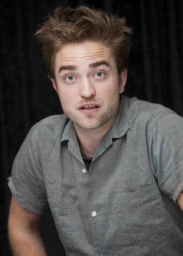 "Robert Pattinson achtergrond titled foto's of Rob at the ""Twilight Saga: Breaking Dawn, part 2"" press conference at SDCC 2012."