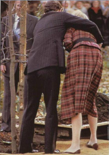 Princess Diana and Prince Charles planting a дерево