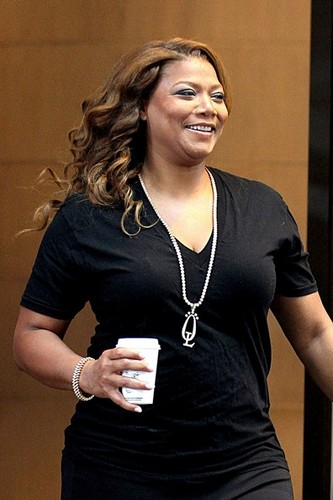 क्वीन Latifah is spotted leaving her hotel in New York City carrying a coffee [July 11, 2012]
