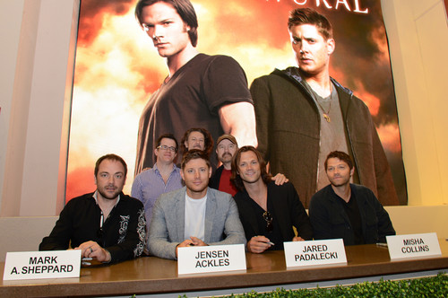 Supernatural wallpaper with a sign and a packing box called SPN - Perfect Cast!
