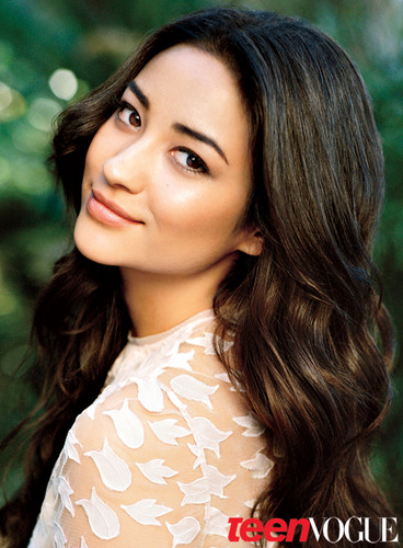 Pretty Little Liars TV دکھائیں پیپر وال with a portrait called Shay Mitchell