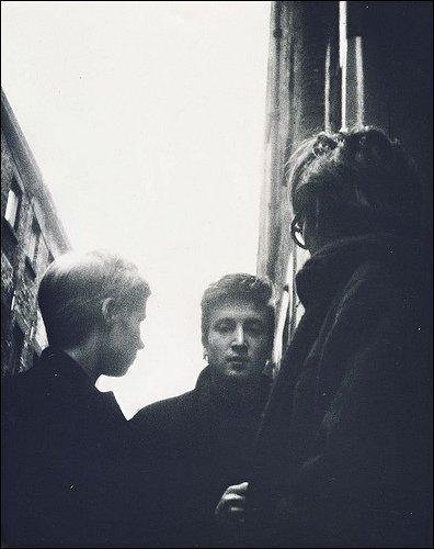 Stu, Astrid and John, Matthew jalan in Liverpool