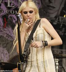 Taylor with a cigarette and her chitarra