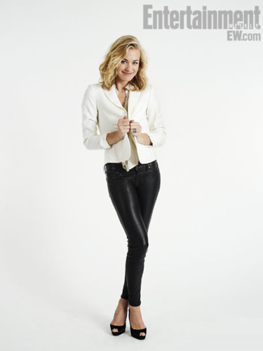 Yvonne Strahovski پیپر وال containing a well dressed person and a legging called Yvonne Strahovski's Comic Con 2012 Portrait
