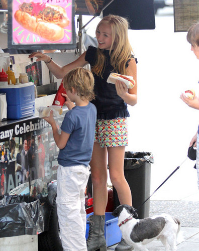 Zachary Gordon And Peyton 列表 Getting Japadog In Vancouver