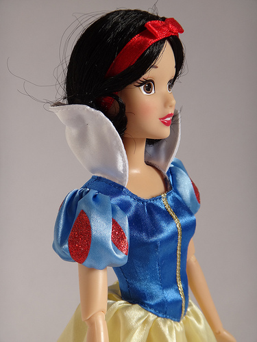 Snow White kertas dinding probably containing a frock, a koktel dress, and a kirtle titled doll