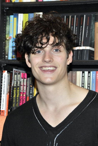 Daniel Sharman karatasi la kupamba ukuta with a bookcase, a bookshop, and a maktaba titled Daniel Sharman