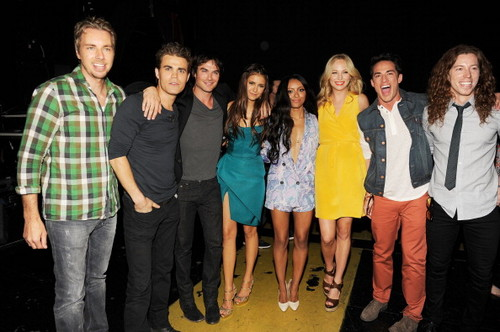 Candice at the Teen Choice Awards in LA - Backstage {22/07/12}.
