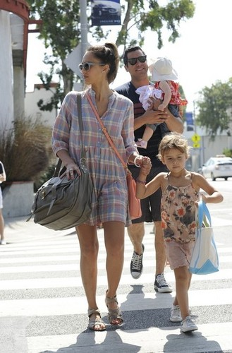 Jessica Alba and Family Get ব্রাঞ্চ [July 22, 2012]